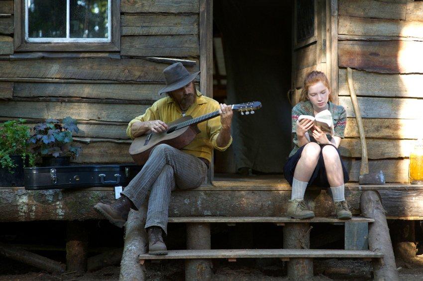 Ben (Viggo Mortensen) und seine Tochter Vespyr (Annalise Basso) vor ihrer Hütte im Wald